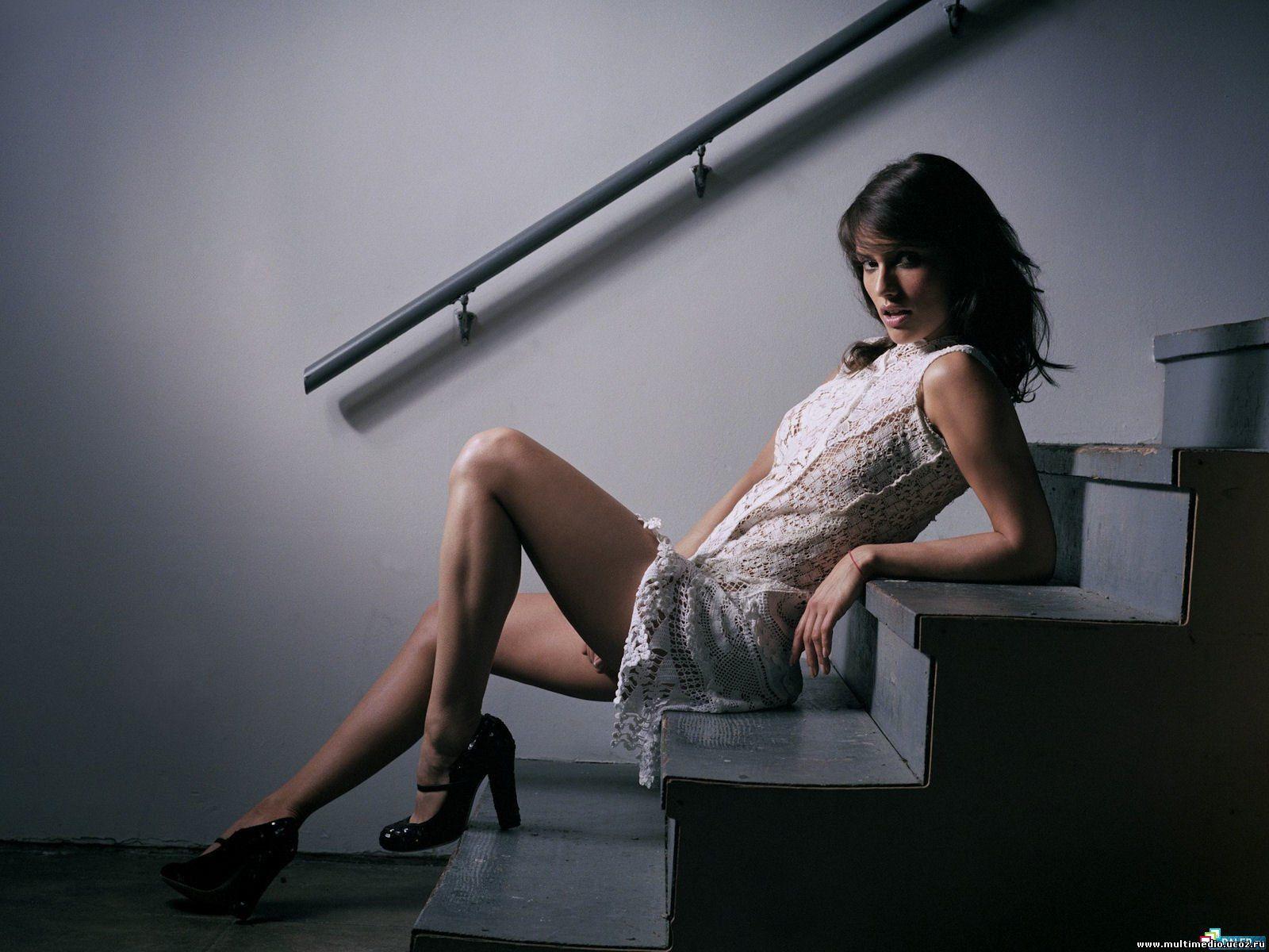 Фото девушка подымается по лестнице без 5 фотография